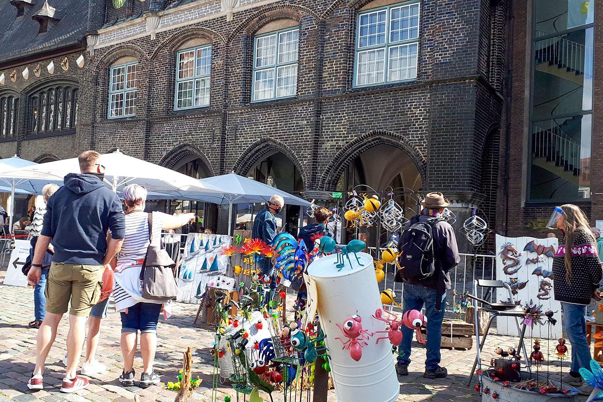 Vor den historischen Bauten gewinnt die Sezenerie aus Kunsthandwerk und leckeren Spezialitäten besonderen Charme