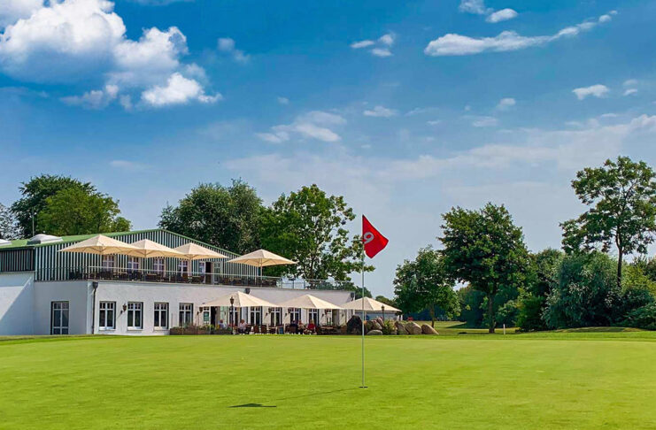 Traumhafte Lage, leckere Speisen: auf dem Maritim Golfpark in Warnsdorf lädt das Restaurant Tee-Time zum Genießen ein.