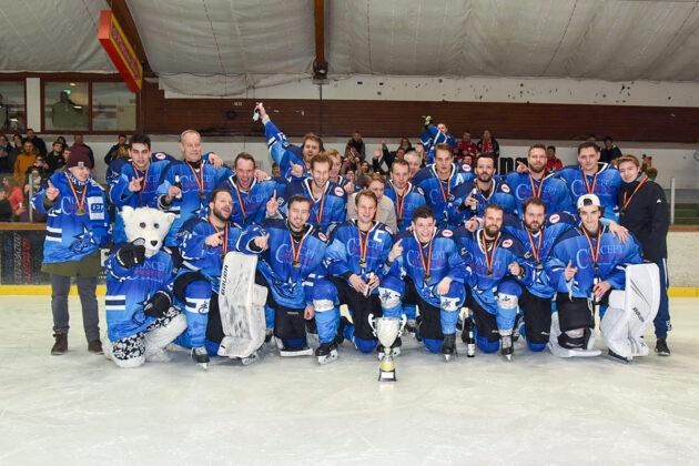 Gerade noch rechtzeitig hat die Timmendorfer Eishockeymannschaft einen Sieg geholt. Kurz danach blieb die Eisfläche wegen Corona leer.