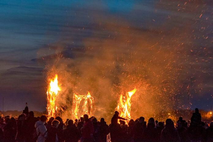 Leuchtendes Feuer beim Fackelfest in Niendorf: Zum Jahresbeginn durfte man noch