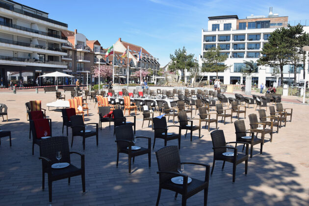 Der Lockdown läuft, die Restaurants sind geschlossen. Ãrtliche Gastronomen protestieren in Scharbeutz mit einer stummen Demo der leeren Stühle