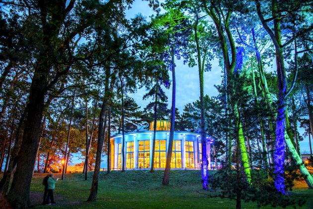 Für bessere Stimmung: Farbenrohes Lichtermeer rund um die Timmendorfer Trinkkurhalle