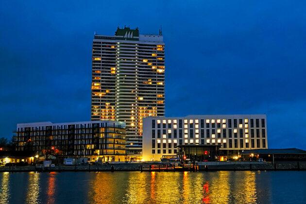 Ein Lichtblick in bessere Zeiten: Das A-ja-Hotel in Travemünde, beleuchtet mit den Ziffern des Jahres
