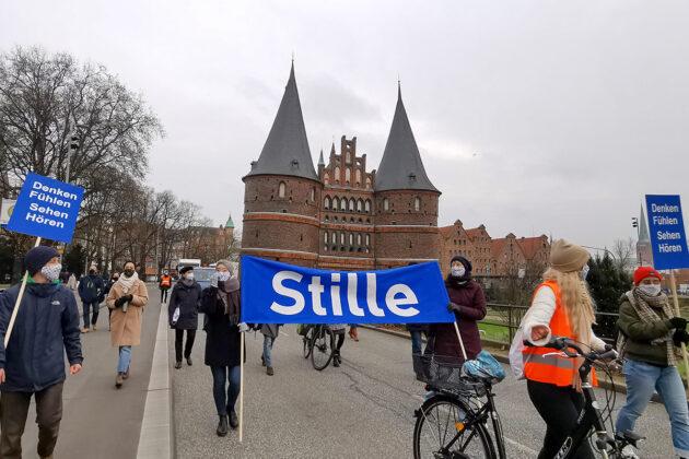 Sie sind besonders vom Lockdown betroffen: die Künstler der Region protestieren in Lübeck