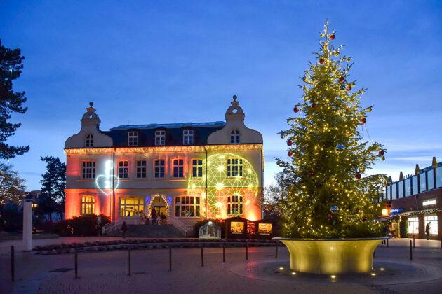 Auch zu Weihnachtsn blieb es ziemlich still: Das Timmendorfer Rathaus, festlich beleuchtet, ganz ohne den üblichen Weihnachtsmarkt