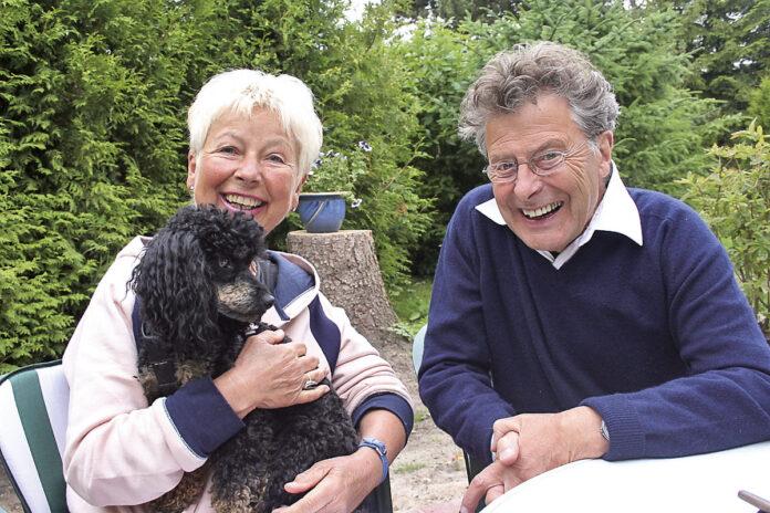 Erinnerung an Klaus Troemer - hier mit Helga Wahrlich in ihrem Niendorfer Garten. Im Dezember ist der Schauspieler verstorben.