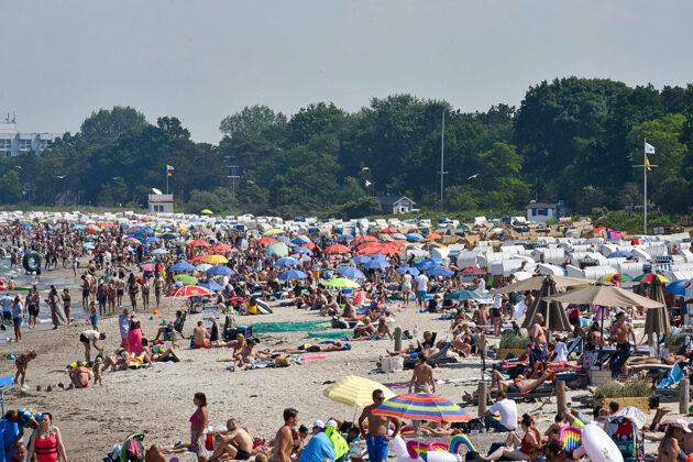 Trotz Strandampel und Kontrolle wurde es hier manchmal eng: Sommerwetter und Fülle am Strand