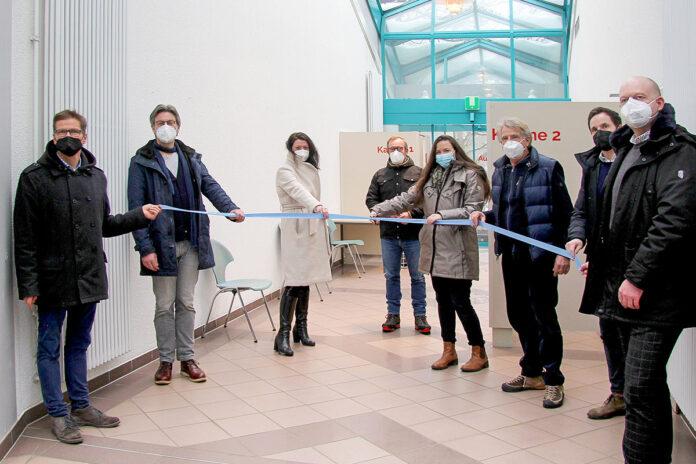 Gute Aktion zur richtigen Zeit: Die Bürgermeister und Touristiker von Timmendorfer Strand und Scharbeutz weihen das Corona-Testzentrum ein. Foto: TSNT