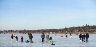 Eis, Eis, Baby! Die Kids sind glücklich, die Eltern freuen sich, dass man auf dem Eis so toll toben und glitschen kann.