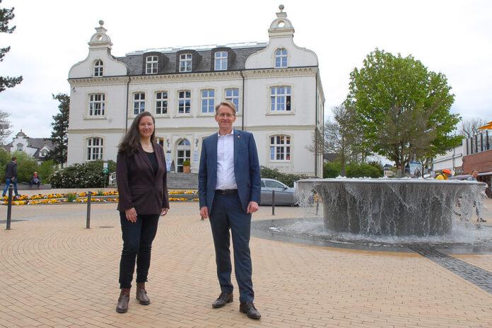 Treffpunkt Altes Rathaus: am Mittwoch, den 12. Mai, traf Daniel Günther die amtierende Bürgermeisterin Melanie-Puschaddel-Freitag in Timmendorfer Strand (Foto: Susanne Dittmann)