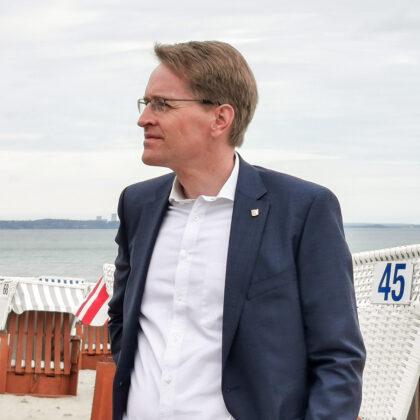 """Ministerpräsident Daniel Günther genoss die frische Brise am Timmendorfer Strand und freut sich über die gelungene """"Modellregion"""""""