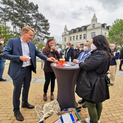 Treffpunkt Info-Strand: Hier begrüÃten einige Mitglieder der Timmendorfer CDU ihren Ministerpräsidenten