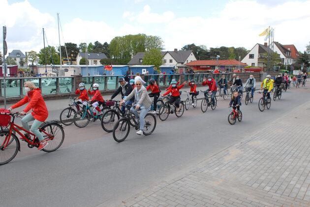 Hier radelt die Fahrrad-Demo am Niendorfer Hafen vorbei. Rund 200 Teilnehmer setzten sich für eine Beruhigung der StrandstraÃe und Strandallee ein. (Foto: Susanne Dittmann)
