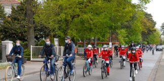Eine Aktion, die aufmerksam machte. Bei der Fahrrad-Demo erinnerten die Timmendorfer daran, dass der Radweg sicher sein muss. (Foto: Susanne Dittmann)