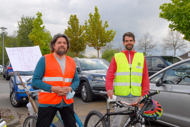 """Harm Kruse (li) und Tim Schröder von der Bürgerinitiative """"Pro Rad"""" sind zufrieden: Der zuständige Gemeinde-Ausschuss hat eine Verkehrsberuhigung beschlossen. (Foto: Susanne Dittmann)"""