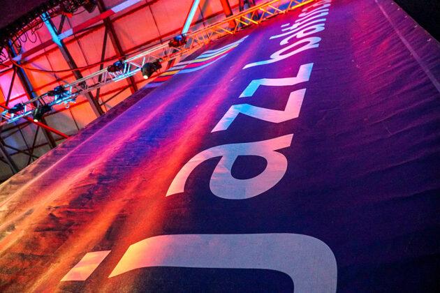 Farben, die optimistisch stimmen: Knallrot, strahlend blau, mit bekanntem Schriftzug präsentiert sich die JazzBaltica 2021 © Kolja Schulze-Rohr