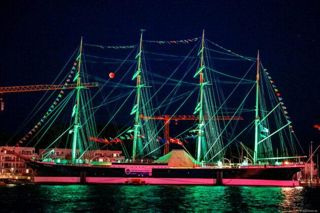 Stimmungsvoll illuminiert präsentiert sich der Traditionssegler Passat jeweils von 20.00 Uhr bis Mitternacht © segel-bilder.de