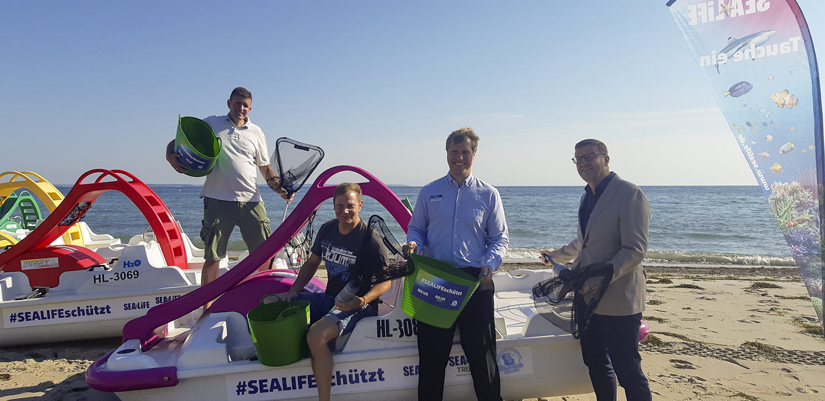 In Aktion: Strandkorbvermieter Marcus Bade, Fabian Harloff, Andreas Schulz und Sven Partheil-Böhnke.